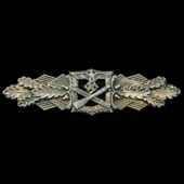 Germany - Third Reich: An extremely scarce example of a Close Combat Clasp in Gold, bearing maker...